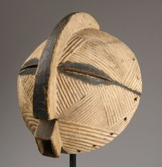 round Luba (kifwebe) mask, D.R.Congo. tribal-art-auktion.de