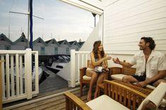 In Neusiedl am See wurde 2002 von GENBÖCK HAUS dieser idyllische Segelhafen angelegt. Die sogenannten Kabanen bieten ausreichend Platz zum Übernachten und auf der sonnigen Terrasse kann die Abendsonne genossen werden. 2009 wurden von GENBÖCK HAUS noch zusätzlich 21 Kabanen errichtet, die sich harmonisch in die gesamte Anlage einfügen. Insgesamt stehen nun direkt am Neusiedler See über 70 Ferienwohnungen zur Verfügung. Weitere Informationen unter www.segelhafen.at Lokal, Selfie, Mirror, Patio, House, Projects, Mirrors, Selfies