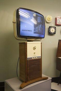 Vintage TV We had one just like this! Vintage Tv, Vintage Antiques, Tvs, Vintage Television, Television Set, Gadgets, Poste Radio, Mid-century Modern, Colani