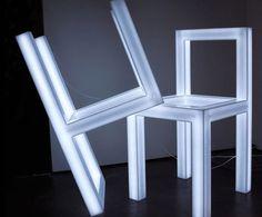 A Holey Chair é uma criação iluminada do designer japonês Takeshi Miyakawa. Feita com luzes fluorescentes, acrílico fosco e transparente, onde é o assento.Fonte