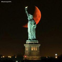 Orange glowing Moon behind the Statue of Liberty American Freedom, American Pride, Beautiful Moon, Beautiful Wife, Red Moon Rising, Moon Pictures, Night Skies, Statue Of Liberty, New York City