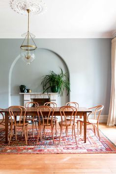 47 Outstanding Bohemian Dining Room Design And Decor Ideas Elegant Dining Room, Dining Room Design, Rug In Dining Room, Dining Room Inspiration, Interior Inspiration, Edwardian Haus, Victorian, Rooms Ideas, Bentwood Chairs