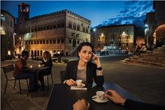 Piazza IV Novembre in Perugia in Umbrie door Steve #McCurry in 'Sensational Umbria' | www.regioneumbria.eu