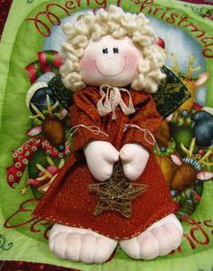 O boneco é confeccionado em algodão cru e suas roupinhas em tecidos 100% algodão.  Com essa carinha meiga, ele vai encantar ainda mais o seu natal!    Mede aproximadamente 37 cm. R$ 220,00