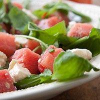 Lekker koel voor een zomerse dag: salade van watermeloen, feta en rucola. Een perfecte combinatie van zoet, bitter en zout. Recept: http://www.slowfoodies.nl/recepten-2/zomerse-dag-koele-meloensalade/