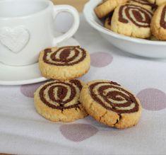 Le girelle di frolla sono degli sfiziosi biscottini preparati con una frolla classica ed una al cacao che insieme creano un simpatico vortice bicolore. Ideali per la colazione o per l'ora del the... Gluten Free, Glutenfree, Sin Gluten