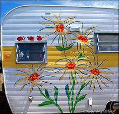 Flower Power vintage camper!  Painted daisies.  Tiny trailer - travel caravan <O>