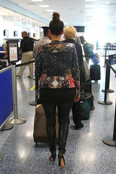 Kim Kardashian Photos Photos - Kim Kardashian removes her shoes and empties her pockets just like everyone else as she makes her way through security before allegedly catching a flight to Australia. - Kim Kardashian Submits to the TSA