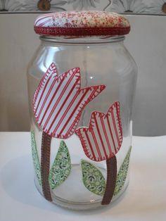 Pote de vidro utilitário e decorativo com aplicação de tecido caseado (bordado) no vidro e tampa de tecido.  O modelo do vidro é de palmito com a tampa de boca larga que mede 10 cm (a tampa é de metal). Liquor Bottles, Bottles And Jars, Glass Jars, Mason Jar Crafts, Bottle Crafts, Mason Jars, Recycled Crafts, Diy And Crafts, Arts And Crafts
