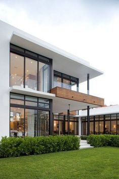 Modern exterior paint colors that you'll love! Inspiring modern exterior color combinations so you can paint your exterior with confidence. White Exterior Houses, Dream House Exterior, Modern Exterior, Exterior Design, Facade Design, Exterior Paint, Modern Glass House, Modern House Design, Contemporary Design