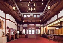 「奈良ホテル」正面玄関 / 明治・大正期の建築家・辰野金吾らの手による檜造りのクラシックホテル