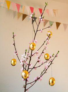 Vergoldete Ostereier selbermachen DIY - DIY Ostereier - Eier für Ostern dekorieren mit Blattgold - Echte Eier werden mit Blattgold vergoldet - Einfache und edle Osterrdekoration zum Selbermachen Funkelfaden Pink Flowers, Gold Leaf, Craft Tutorials