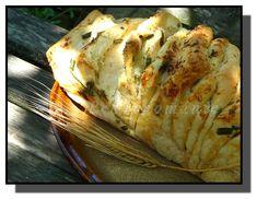 Potkávala jsem ho na fotkách zahraničních webů a jeho chuť si dovedla opravdu živě představit. Měkounká střída, ovoněná máslem a bylinkami, namíchanými podle vlastního výběru, navíc ještě ochucená výborným sýrem..... Těsto na trhací chlebík jsem si udělala vlastní - bez mléka, másla a vajec, které jsou v původních receptech většinou použity, zato s nezbytnou trochou…