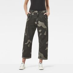 The Bronson Pleat 3D Mid Waist Loose Chino is cut from longwearing twill with broken-weave construction for extra softness. Presented in soft, camouflage twill, these loose chinos are ready to mix and match. A seasonal version of the signature G-Star chino, they feature wide reinforcements at the pocket edges and deep pleats at the waistband. Cuff them when the mercury rises.