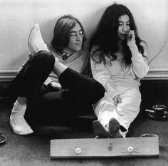 Beatlemaníaca desde eu ainda me surpreendo com fotos incríveis dos Beatles [e que eu NUNCA tinha visto na vida]. Beatlemaniac since I am still surprised by incredible pictures of the Beatles [and that I had NEVER seen in my life]. John Lenon, John Lennon Yoko Ono, Ringo Starr, Jim Morrison, George Harrison, Paul Mccartney, Playing Guitar, The Beatles, Movie Stars
