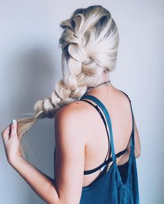 Thinking about doing a blog post on my fav easy go-to hairstyles! Comment a if you would like to see that soon!