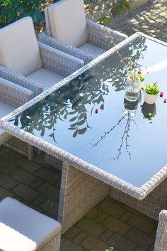 Spieglein, Spieglein! #Tisch mit Glasplatte und 8 Sitzplätzen aus #Polyrattan. #gartenmöbel