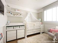 Das Babyzimmer einzurichten ist für werdende Eltern etwas ganz Besonderes. Doch bevor man anfängt, wild drauflos zu renovieren und die schönsten Möbel zu kaufen, sollte man sich die Frage stellen, was das Baby wirklich brauchen wird und welche Möbel auch langfristig Sinn machen.
