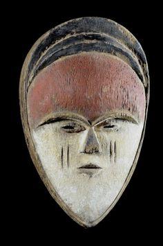 Utilisés lors des cérémonies nocturnes de la société initiatique duBwété, ces masques sont des objets rituels, soustraits à la vue des non-initiés.Ils interviennent à titre d'apparitions surnaturelles, matérialisant la multitude d'entités anthropomorphes et zoomorphes que l'enseignement ésotérique dispensé par la confrérie, utilise à titre de symbole.Le masque a donc pour fonction de visualiser le panthéon bigarré et proliférant des images symboliques que les récits initiatiques évoquent.
