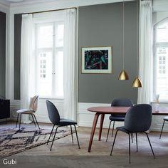Dieses Esszimmer begeistert mit seiner klassisch, eleganten Einrichtung. Der große Holztisch ist nicht nur Mittelpunkt in diesem Interieur, sondern harmoniert  …