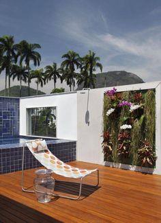 Área externa perfeita para piscinas pequenas com espreguiçadeira