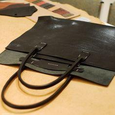 初のバケッタレザーでつくるトートバッグ 今回初めて栃木レザー製のオイルバケッタの黒を使用してトートバッグをおつくりすることになりました。こちらがバケッタレザーです。いつも