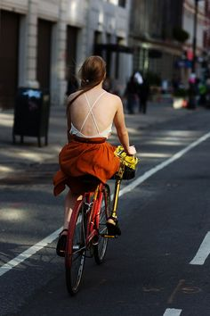 By Scott Schuman of The Sartorialist. Love the open back and the bike in NYC! The Sartorialist, Cycle Chic, Street Style Stockholm, Scott Schuman, Bicycle Girl, Bicycle Wheel, Bike Style, Brown Dress, Ideias Fashion