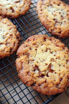 Les butterscotch cookies, ou cookies au caramel beurre salé sont de petites gourmandises terriblement, indescriptiblement, complétement ... délicieuses, complétement chewyyyy ! Non vraiment, il y avait longtemps que je n'avais pas mangé des cookies aussi...