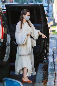 Angelina Jolie Skinny, Angelina Jolie Style, Spring Street Style, Casual Street Style, Casual Chic, Tan Leather Sandals, Jolie Pitt, Pleated Maxi, Open Toe Sandals