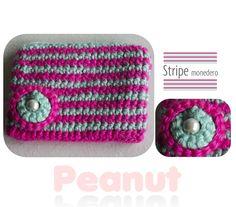 Monedero Stripe  Realizado en lana sedificada con forro interior en tela de algodon estampada.  Cierre, colgante para llave y boton tejido con perla incrustada.