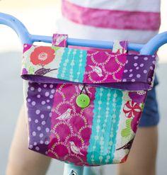 DIY Bike Bag for Kids - Handy for summer bike rides! Sewing Projects For Kids, Sewing For Kids, Diy For Kids, Sewing Crafts, Sewing Ideas, Sewing Hacks, Art Projects, Childrens Apron Pattern, Bike Bag