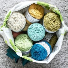 These beauties arrived last week but I haven't had a chance to dive in yet... Maybe this weekend? (Although I've just agreed to a soft play date for Saturday. Why did I just agree to a soft play date?!) || Yarn: @vinniscolours nikkim || Project bag by @handmadebyyael ||