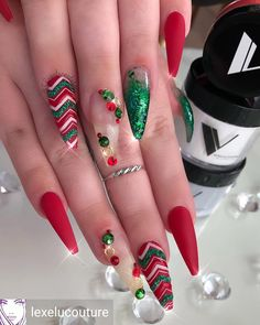 As the holiday season nears, some cool nail art designs to pep up the spirit for Christmas can be to use red or white nail paint and then decorate your nails with tiny Christmas trees, holly leaves… Chrismas Nail Art, Nail Art Noel, Cute Christmas Nails, Christmas Nail Art Designs, Xmas Nails, Halloween Nails, Holiday Acrylic Nails, Holiday Nails 2018, Elegant Christmas