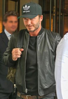 Keep it under your hat: Beckham displays his love of New York courtesy of his Adidas baseball cap Adidas Baseball Cap, Baseball Cap Outfit, Baseball Jerseys, Baseball Hats, David Beckham Style, Star Fashion, Mens Fashion, Leather Jacket Outfits, Style Casual
