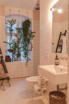 Freunde von Freunden and Vitra s Berlin Apartment Dwell Hanging plants and o INTERESTING Photos Freunde von Freunden and Vitra s Berlin Apartment Dwell Hanging plants and o INTERESTING Photos Frauke Machwat fmachwat Badezimmer nbsp hellip Berlin Apartment, Dream Apartment, Apartment Plants, Apartment Goals, Apartment Interior, Yacht Interior, Flat Interior, Interior Colors, Interior Modern