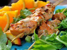 En dos omega 3 på grillen? Frukt och fisk är en alldeles utmärkt kombination som mer än gärna sammanstrålar på grillen. Lax fungerar utmärkt att grilla på spett, som filé eller varför inte i foliepaket.