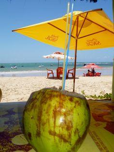 Tomar uma água de coco geladinha nas praias brasileiras é uma excelente oportunidade para saborear essa iguaria.