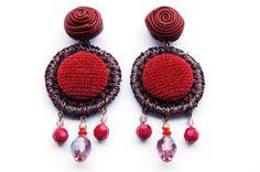 Orecchini di tessuto pesante con bottone rivestito in velluto e rosellina in pelle bordeaux http://madebyeleonora.blogspot.it