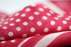 Joli petit foulard femme rose fushia, un foulard carré de fille pas cher, ultra doux, un foulard en soie rose féminin et chic à la mode.