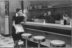 Elliott Erwitt (1955). New York City. Smoke break.