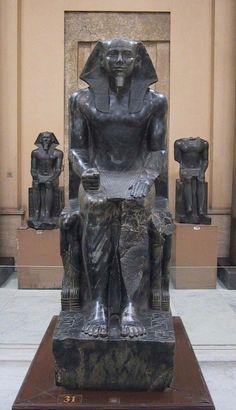 """Scultura """"Chefren assiso in trono"""", IV dinastia, 2520-2494 a.C. Antico Regno. Museo del Cairo. Diorite nera scolpita a tutto tondo. Opera ritrovata nella necropoli di Giza, all'interno della piramide del faraone Chefren, figlio di Cheope."""