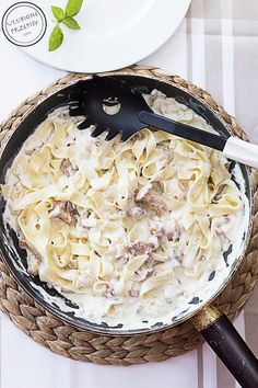 Najprostszy i najszybszy chyba przepis na makaron z kurkami w sosie śmietanowym. Pycha. Makaron, śmietana, czosnek i kurki...to po prostu nie może nie być dobre.