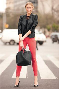 Blouson noir et slim rouge
