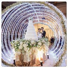 Comment éblouir ses invités avec une mise en scène étincelante de l'arrivée de votre pièce montée.  Repost @weddingsandcakes  Crédit: @rainforestthewedding