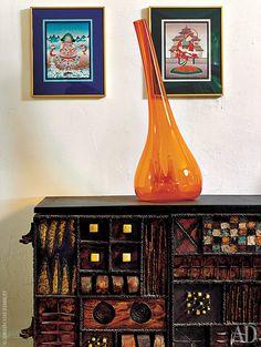 В спальне на комоде работы Пола Эванса стоит итальянская стеклянная ваза 1970-х годов.