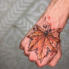 Tatuagem feita por Paulo Reiz de São Paulo.  Folha de árvore colorida.  #tattoo #tatuagem #arte #art #design #tattoo2me