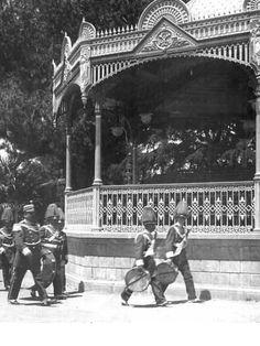 Banda en el kiosco civico de la Plaza de Armas de Talca. Ca. 1920 South America, Westerns, Louvre, Travel, Vintage, Dads, Old Photography, Bicycle Kick, 19th Century