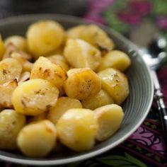 Paahdetut perunat   Reseptit   Anna.fi Anna, Potatoes, Vegetables, Fruit, Food, Potato, Essen, Vegetable Recipes, Meals