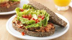 Broodje met tonijnsalade, rode paprika en lente-uitjes | VTM Koken