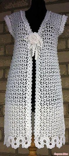 Длинный ажурный жилет с брошкой.
